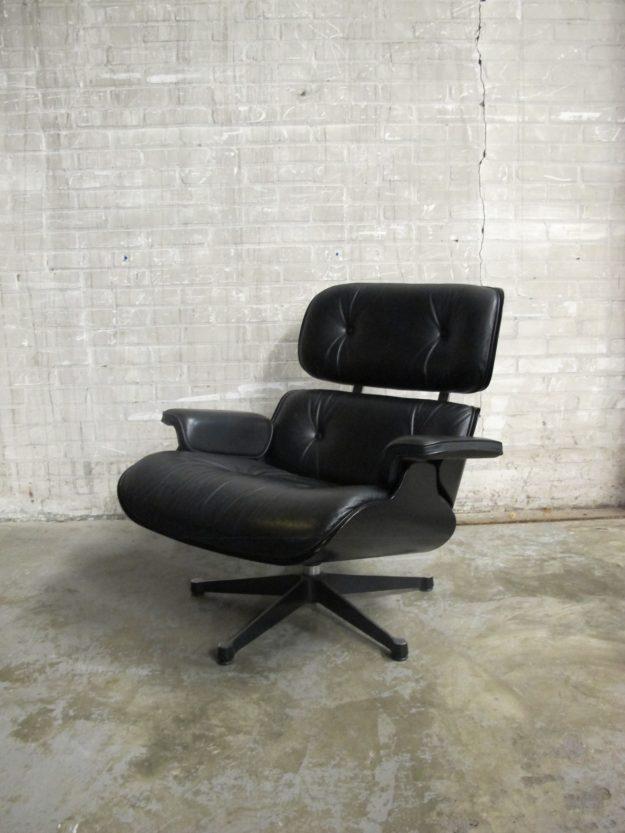 black lounge chair 2001