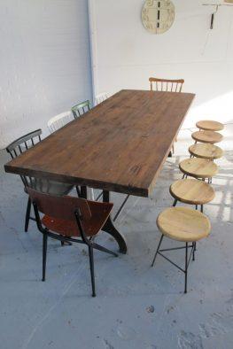 Industriële metalen massief houten tafel vintage midsentury