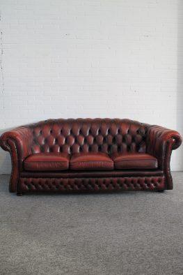 Engelse Chesterfield bank Oxblood rood leder vintage midcentury