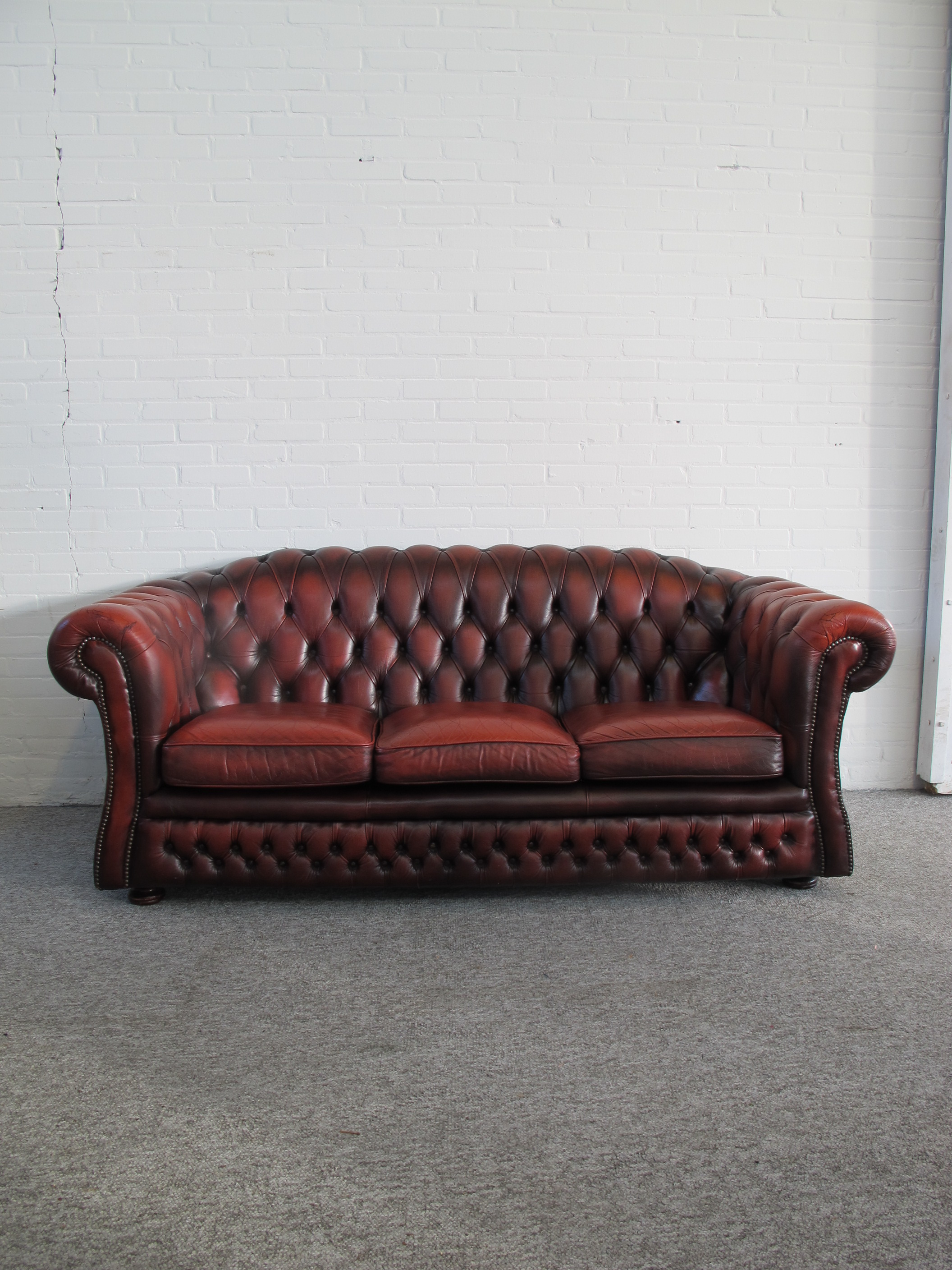 Engelse Chesterfield bank Oxblood rood leder vintage midcentury